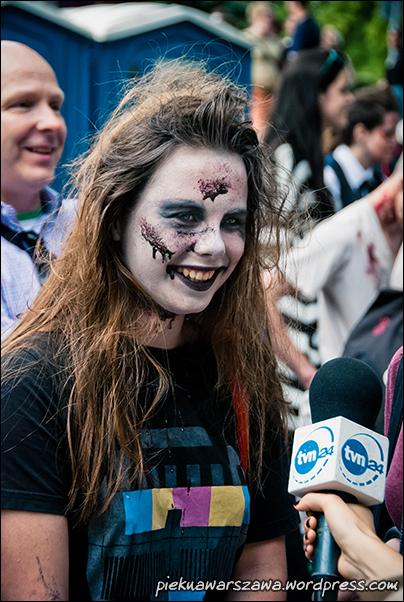 Rzadko spotykany widok uśmiechniętego zombie (płci żeńskiej, ale zombie zdaje się jest nieodmienne) i udzielającego do tego wywiadu.